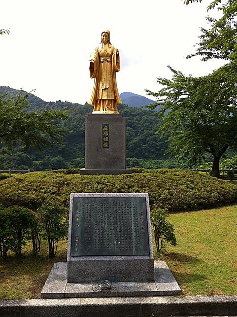 悲しい伝説のある麻那姫像