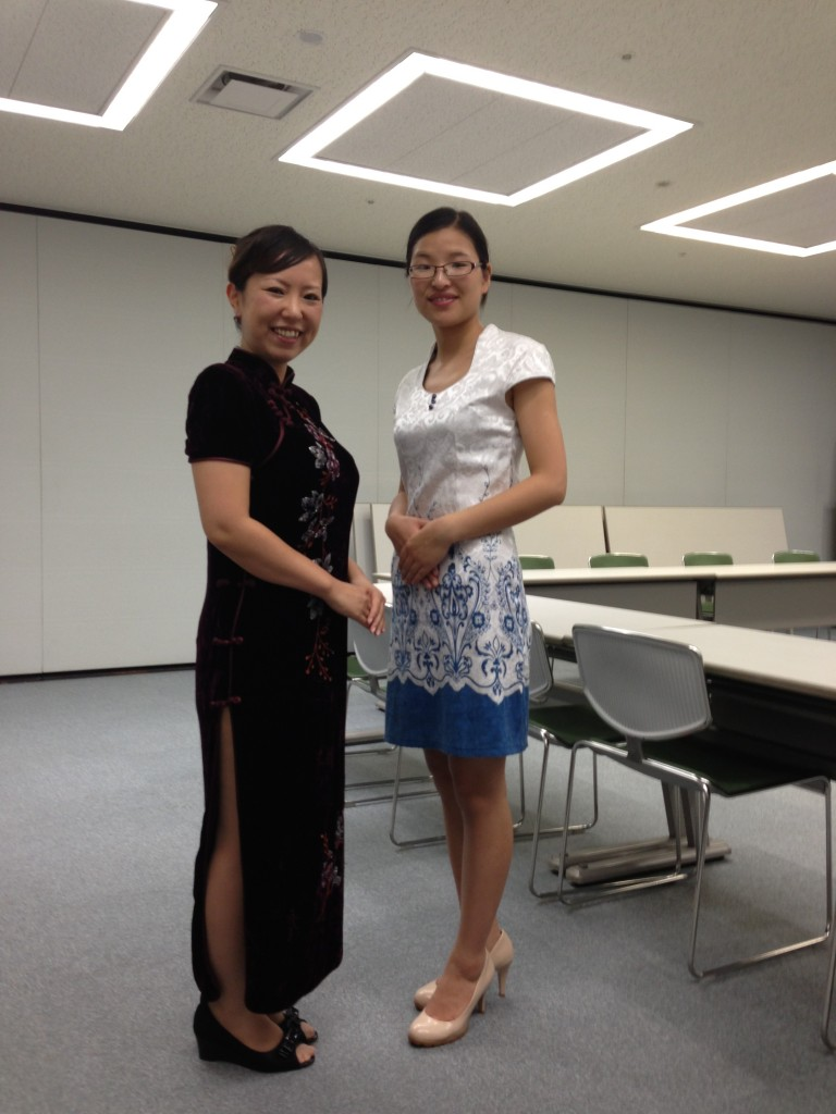 講師の徐さん(右)と お世話をしてくれた長谷川さん(右)