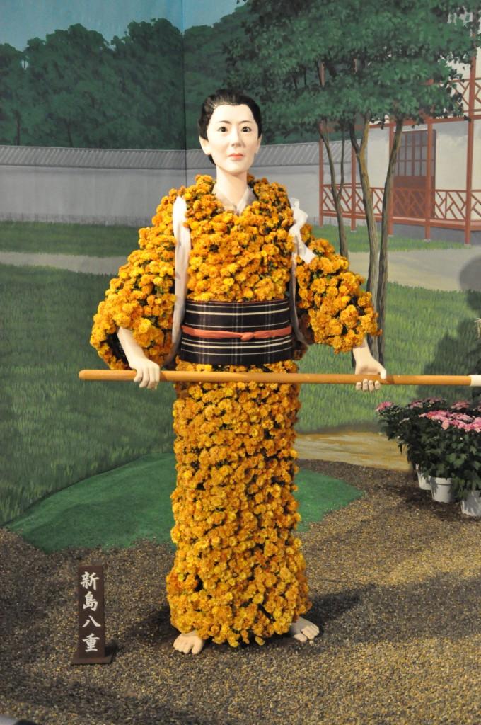 ドラマの主人公 新島八重の菊人形