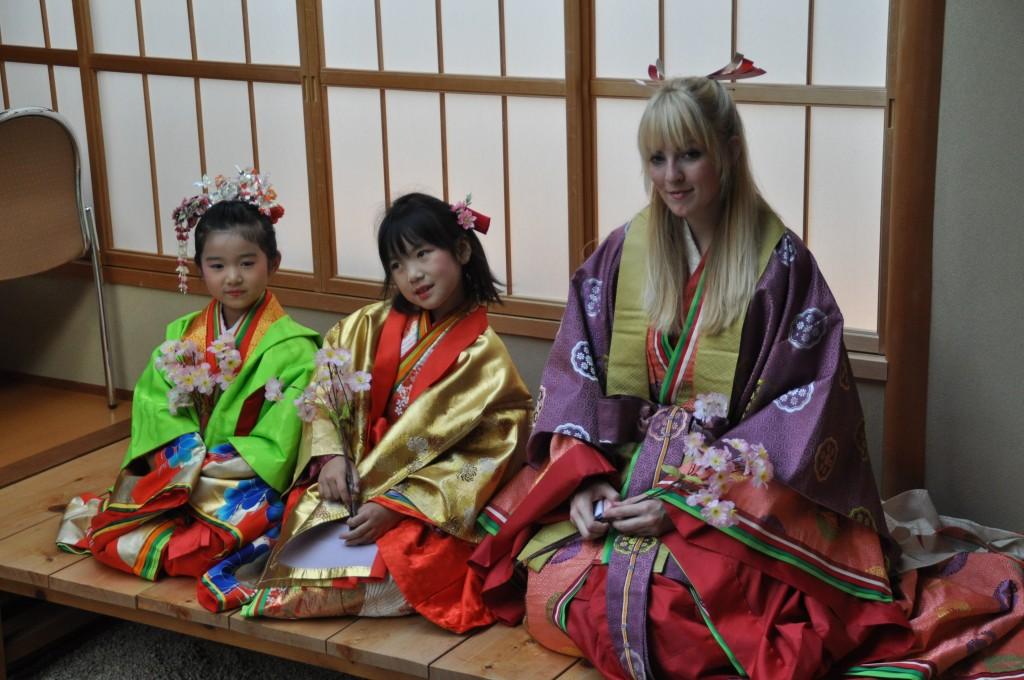 日本の古来の着物のファッションショー前の着付け