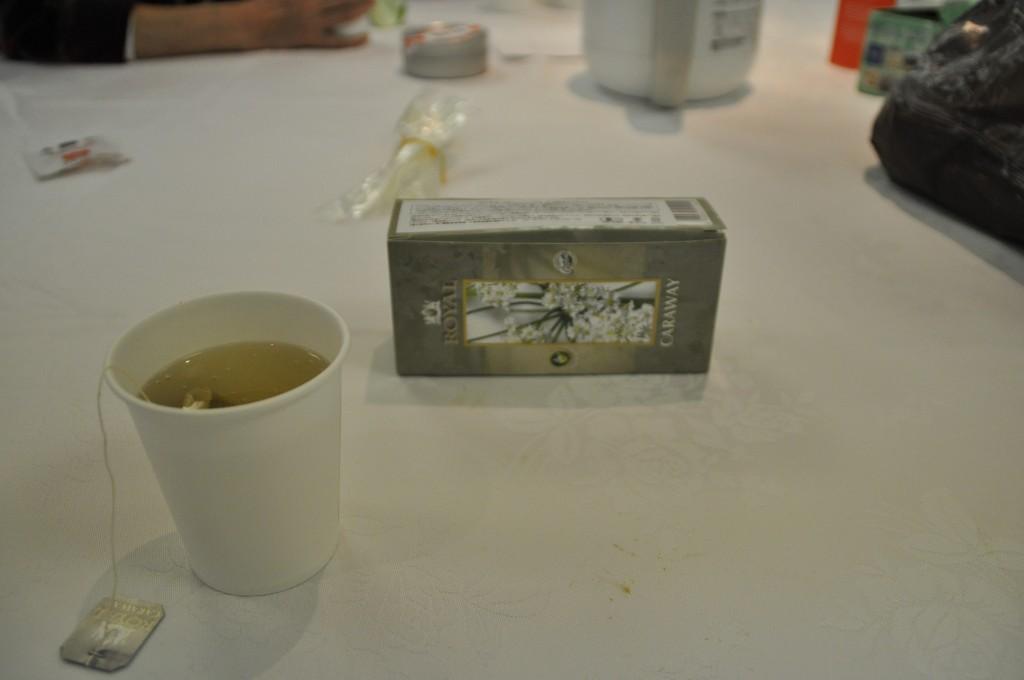 福井大学の学生が展示した香料の部屋でお茶を一服