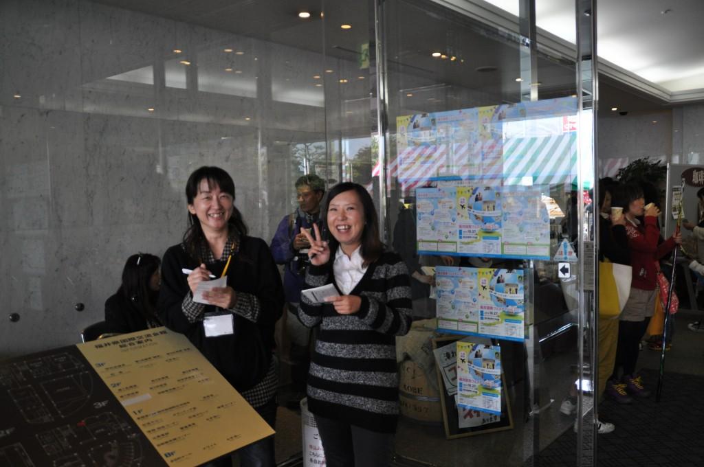 会館職員の長谷川さん(右)