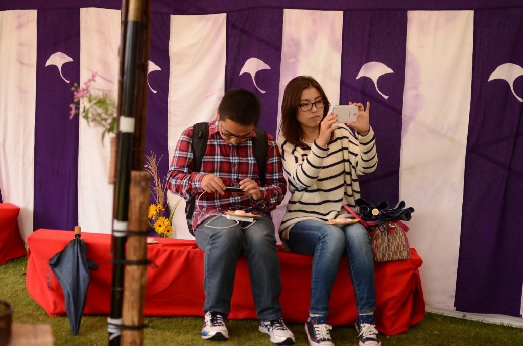 写真を撮っている李さんと蒋さん
